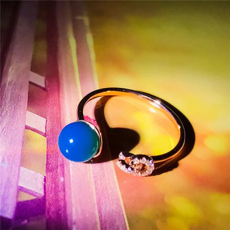编号:A275M 新品18k南非足反钻石蓝珀戒指,净水天空蓝 优雅的设计,闪耀着纯净迷人的光芒,散发由内而外的魅力