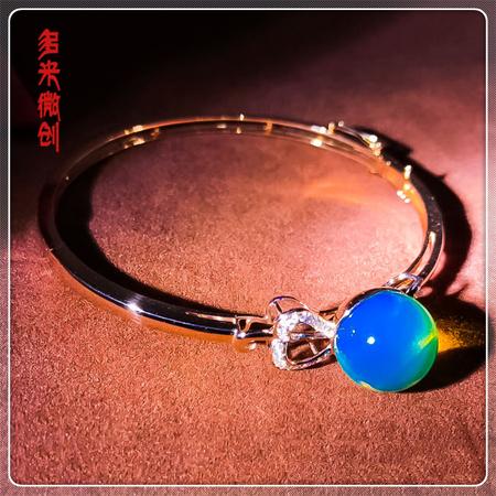 编号:D022M 新品18k南非足反钻石蓝珀手镯,净水天空蓝 气质优雅的造型,让你腕间多一道别致的风景线