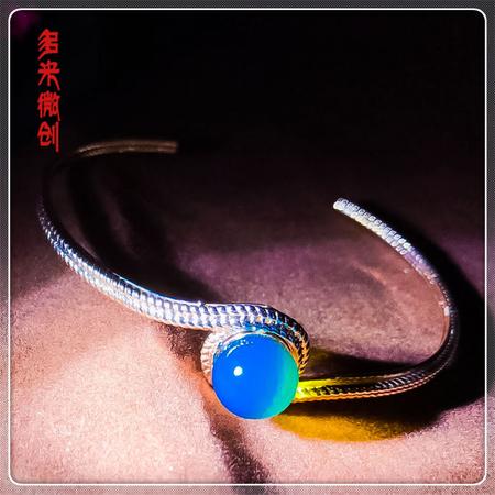 编号:D029M 新品18k南非足反钻石手镯,净水天空蓝 麻花款,简约的设计却透着个性范,带点轻奢的时尚,让你一展魅力